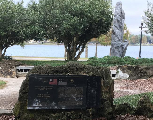 台南市府贈送的姐妹市紀念碑,位於奧蘭多伊歐拉湖公園內。(王成章提供)