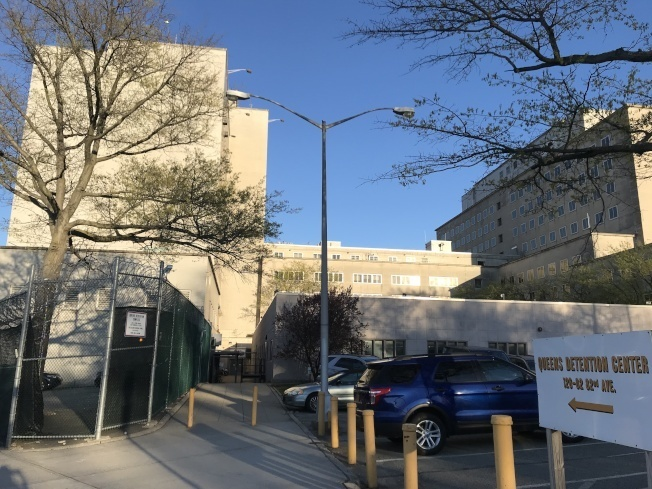 社區保護聯盟計畫向市府提告,阻止市府在秋園的新監獄建案;圖為皇后區拘留中心。(本報檔案照)