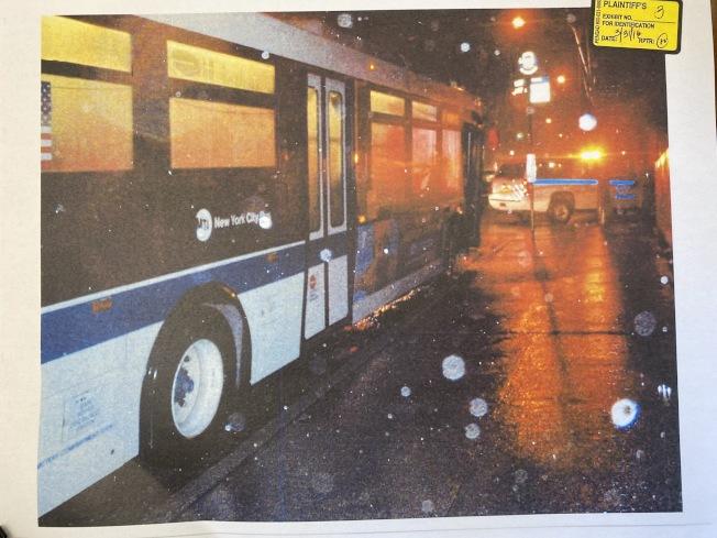 事發當晚傾盆大雨,王明被公車撞成重傷。(黎保利律師樓提供)