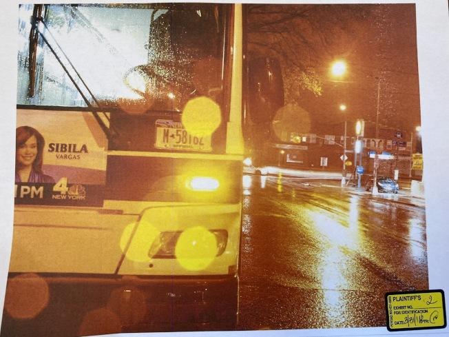 事發當晚瓢潑大雨,王明被公車撞成重傷。(黎保利律師樓提供)