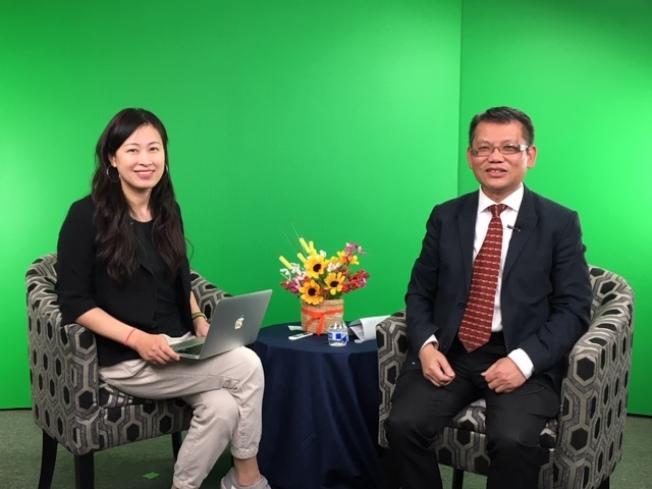楊光明會計師接受本報主持人何冰(左)專訪。(記者楊青╱攝影)