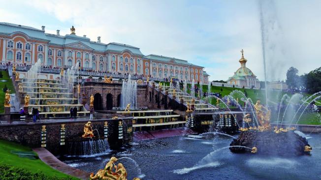 聖彼得堡的夏宮彼得霍夫宮和宮前著名的噴水池。(萍萍.圖片提供)