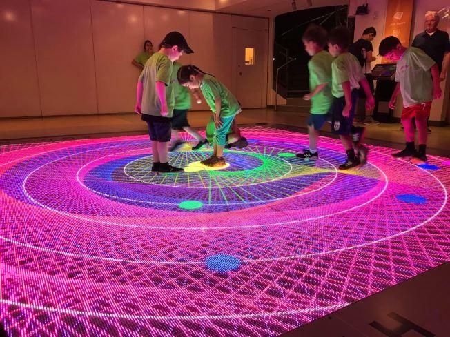 美國數學博物館通過遊戲設計和互動體驗,培養孩子們對數學的好奇和興趣。(取自美國數學博物館臉書)
