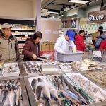 大华超市 华人生活好帮手熟食部以新鲜食材现做现炒 海鲜部提供免费清理、蒸煮及油炸服务