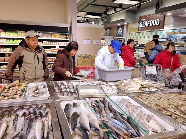 大華超級市場室內佔地逾五萬六千呎,室外配有超大停車場。海產部產品新鮮多樣,並提供免費清洗、蒸煮及炸魚服務