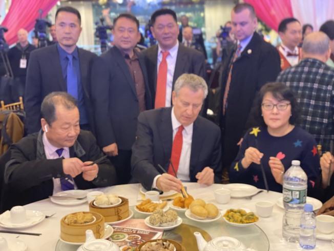 市長白思豪13日與市府官員在君豪酒樓享用中餐。(記者牟蘭/攝影)