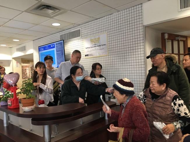 李治德8日到法拉盛班傑明王子街老人中心贈送600個N95口罩。(李治德提供)