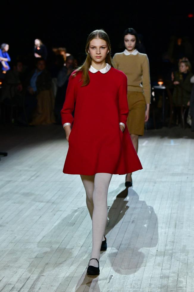 六○年代標誌性的女性特色與服裝風格,透過彼得潘領、A字線條大衣、洋裝等呈現。圖/Marc Jacobs提供