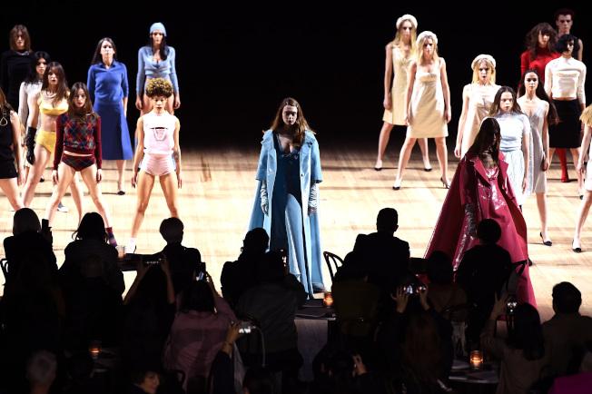 模特兒們和眾舞群交錯展開此次的服裝秀,同時進行的服裝與舞蹈帶來繁複震撼的視覺感受。圖/Marc Jacobs提供