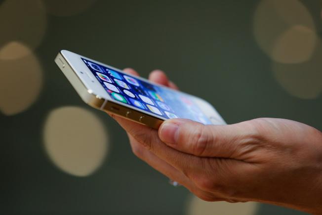 調查顯示,近半數美國人承認,他們在對方不知情的情況下,線上追蹤前任或現任伴侶。(Getty Images)