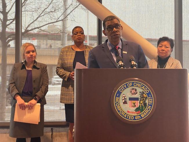 芝加哥衛生局局長亞瓦迪(從左至右)、伊利諾州公共衛生廳助理主任史密斯、庫克郡公共衛生局首席營運長梅森、芝城華商會會長梅施美英說明新冠病毒疫情。(特派員黃惠玲/攝影)