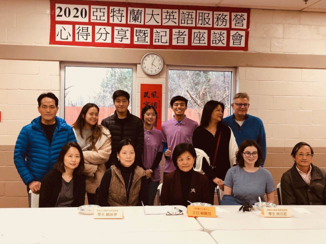 僑教中心主任賴麗瑩(前排左三)與僑青志工和與會者合照。(僑教中心提供)