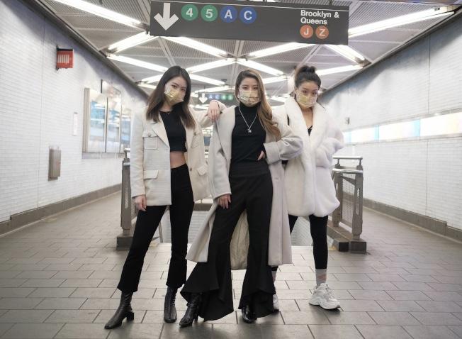 李琰(中)與兩位模特兒戴著特製口罩,在富頓街地鐵站向路人表達「口罩也能很時尚」。(Lux & Dolls提供)