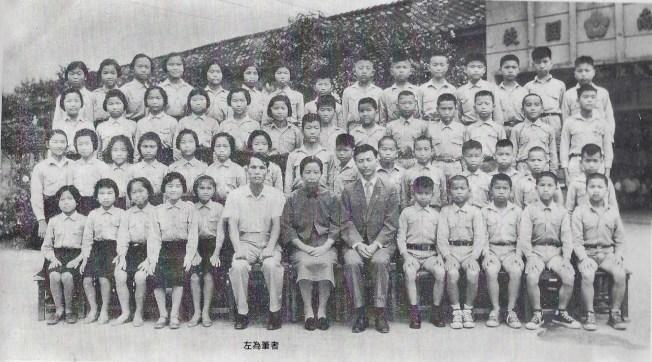 作者(前排左六)任教師時與畢業班合影。