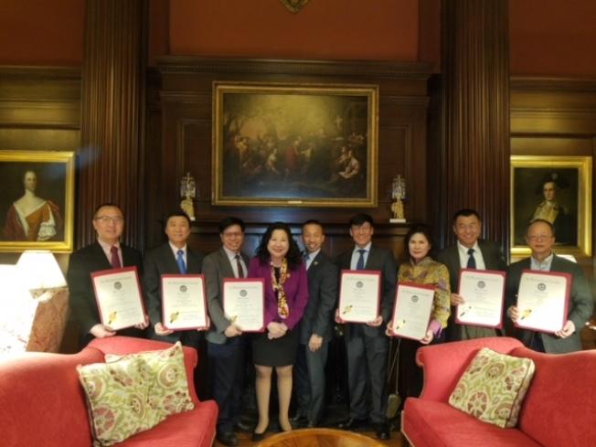 馬州華裔參議員李鳳遷(左四)、林力圖(左五)共同提出慶祝農曆新年的決議案,並認可華裔社區領袖的貢獻。(Chung Pak提供)