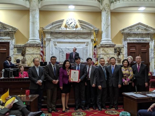 馬州華裔參議員李鳳遷(左三)、林力圖(右五)在參議會議場提出慶祝農曆新年的決議案,並認可華裔社區領袖的貢獻。(Chung Pak提供)