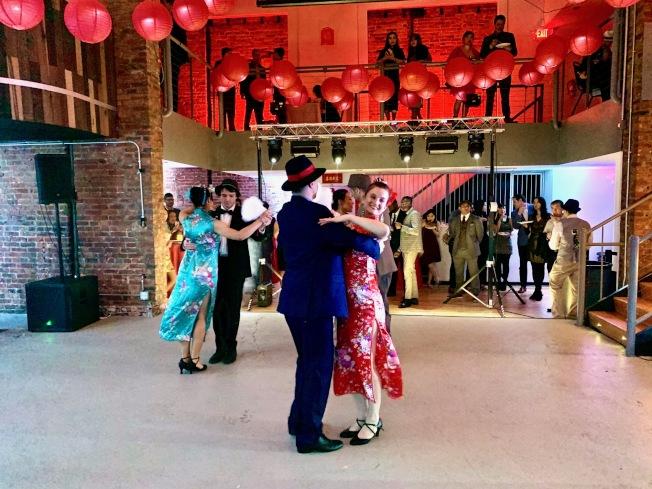 台美菁英協會華府分會舉辦年度農曆年舞會,眾人著裝復古。(記者王稚融/摄影)