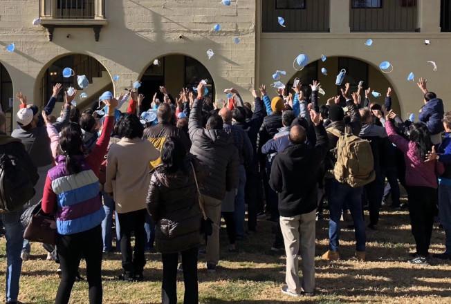 被隔離14天宣布解禁後,首班撤僑返回的美僑民扔掉口罩,興奮歡呼。(受訪者提供)