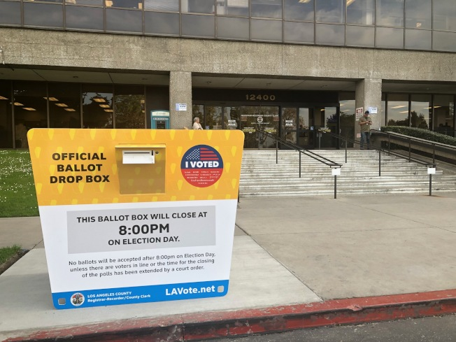 洛縣選務處的官方選票投遞箱,接受通訊選票至3月3日晚間8時。(記者胡清揚/攝影)