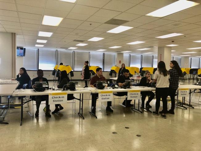 洛縣選務處的投票中心13日即開放接受選民投票,電子投票機達數十部。(記者胡清揚/攝影)