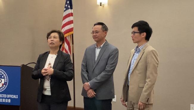 美國華裔民選官員協會日前邀請亞裔候選人與現任民選官員交流。圖為羅斯密華裔市議員勞朱嘉儀(左起)、鄧樹燦、天普市議員文尚丞分享參選心路歷程。(記者謝雨珊╱攝影)