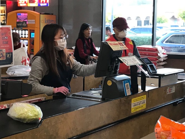 部分華資超市的銷售員戴口罩上崗。(記者楊青/攝影)