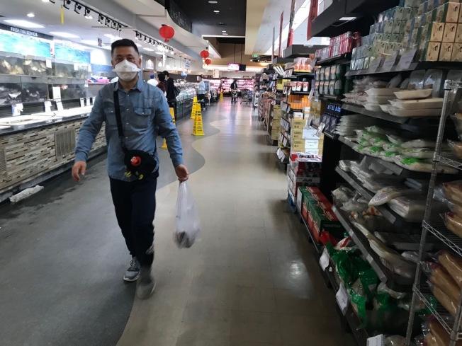華人民衆戴口罩購物。(記者楊青/攝影)