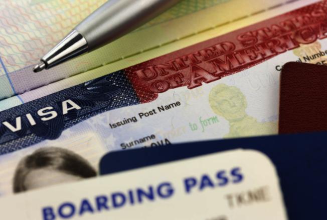 持觀光簽證來美探親的華人,簽證若即將到期可嘗試申請延期。(Getty Image)