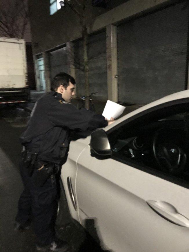 66分局警員將安全提示紙條夾在車輛雨刷中,讓民眾學習自我保護的方法。(取自推特)