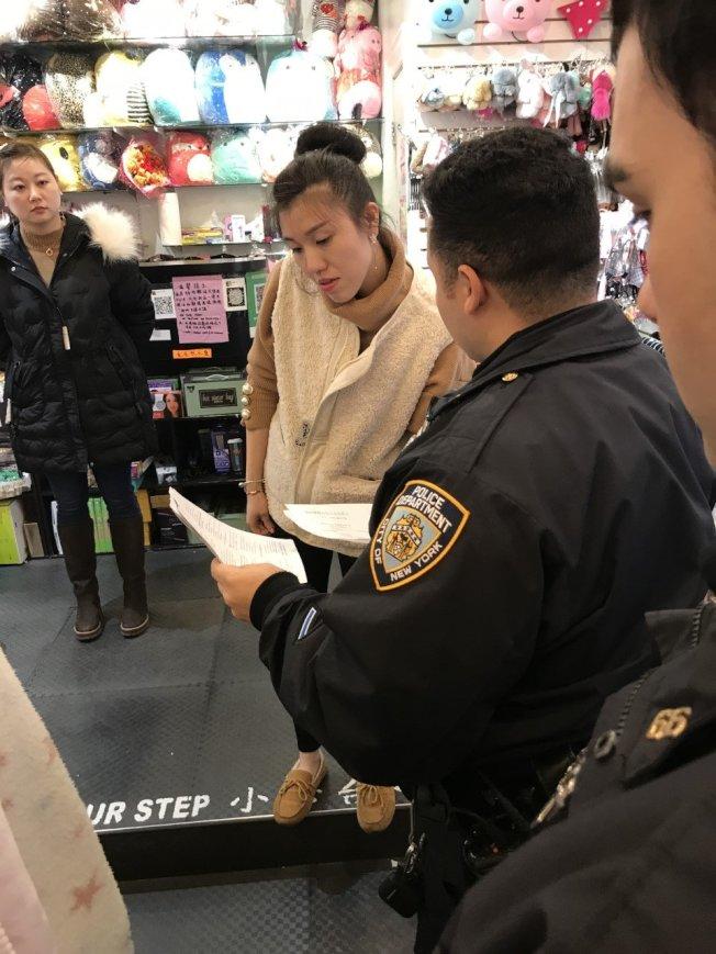市警66分局警員在布碌崙向商家提供個人安全提示。(取自推特)