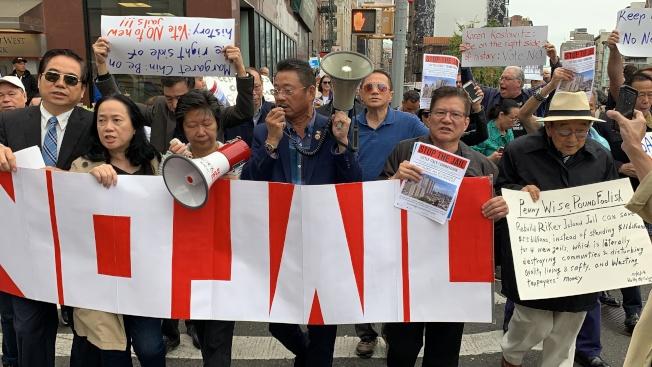 華埠社區組織狀告市府華埠新監獄計畫違反土地利用程序,此前社區就曾組織示威。(記者和釗宇/攝影)