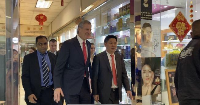 市長白思豪(左二起)走訪法拉盛小商家,與新世界商城總裁邵連武等會面,為華社商家打氣。(記者牟蘭/攝影)