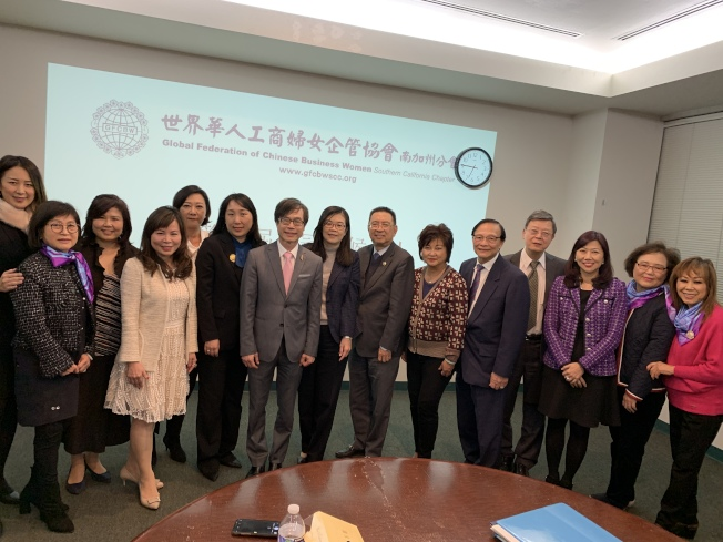 世界華人工商婦女企管協會(世華)南加州分會13日評選今年的金冠獎參選人。圖為評審與世華會成員合影。(記者李雪/攝影)