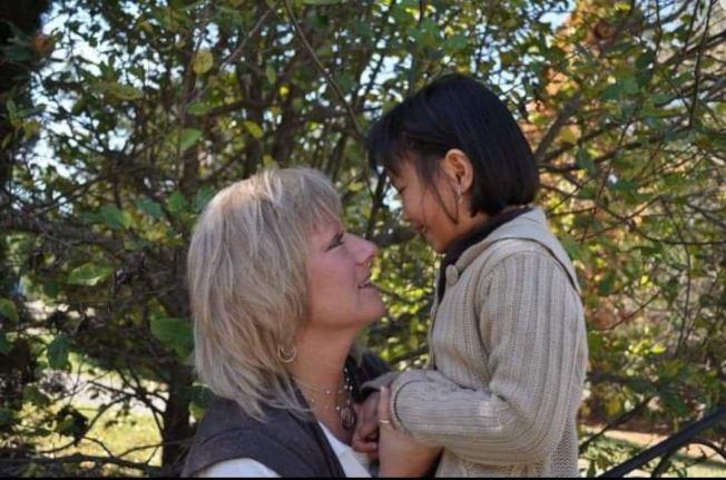 佩恩(左)表示,雖然與前夫離異,但兩人都給何麗童(右)與大女兒最多的愛。(佩恩提供)