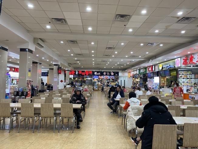 由於新冠肺炎疫情,法拉盛的美食廣場商家表示生意較往期下降六到七成。(記者牟蘭/攝影)