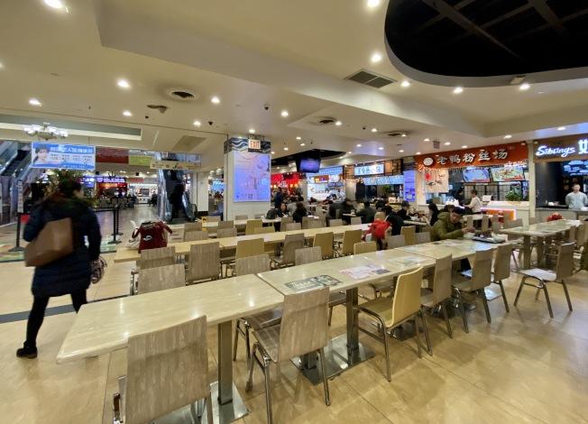 法拉盛的一家美食城在中午午餐時間有大量空位。(記者朱蕾/攝影)