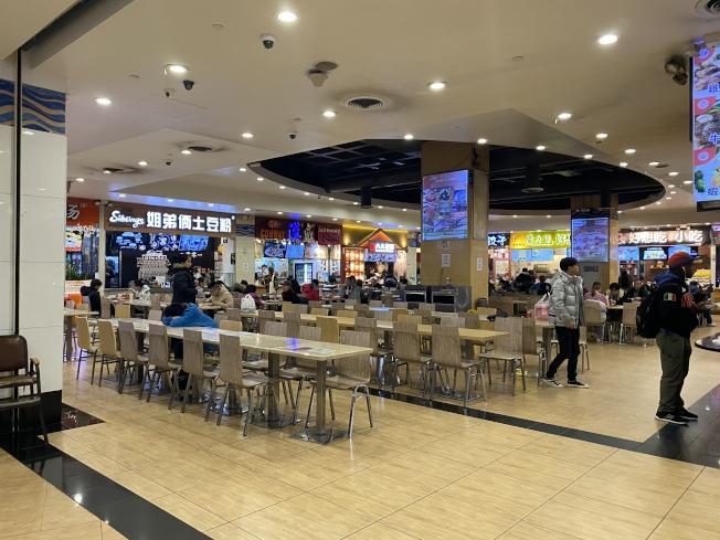 由於新冠肺炎疫情,法拉盛的美食廣場即使在飯店也未見大量客源。(記者牟蘭/攝影)