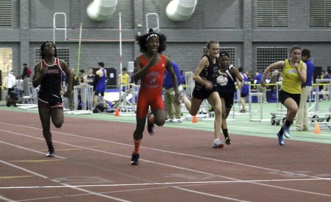 跨性別運動員泰瑞‧米勒(左二)賽跑一馬當先贏得比賽。(美聯社)
