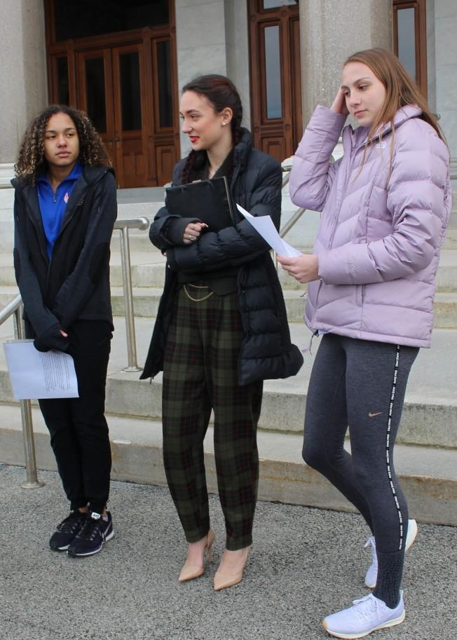 三名高中女子田徑選手的家長出面,向聯邦法院提出告訴,希望禁止跨性別運動員參加康乃狄克州的女子田徑賽事。提告的三位運動員從左起依序為史密斯、蘇勒和米契爾。(美聯社)