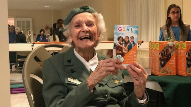 賓州婆婆羅妮‧貝克史托1932年起賣女童軍餅乾,如今高齡98歲仍不打算停止。(WRIC電視台截圖)