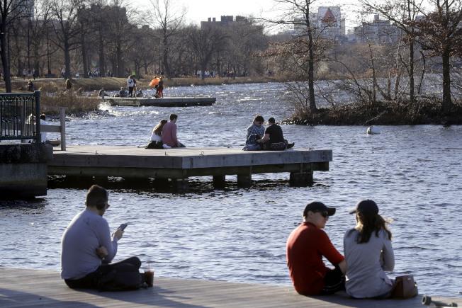 國家海洋暨大氣管理局13日宣布,上月是有紀錄以來最溫暖的1月。圖為麻州1月12日的氣溫衝破華氏70度,波士頓民眾在查爾斯河畔享受溫暖天氣。(美聯社)