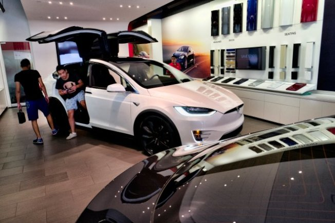 Tesla的Model X休旅車,最大特點是車門的設計,兩邊的門可向上打開(見圖)。(Getty Images)