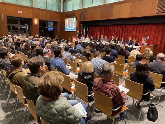庫比蒂諾Lehigh Permanente Quarry水泥廠議題持續多年,史密提恩13日於庫比蒂諾會議廳舉辦討論會。(記者林亞歆/攝影)