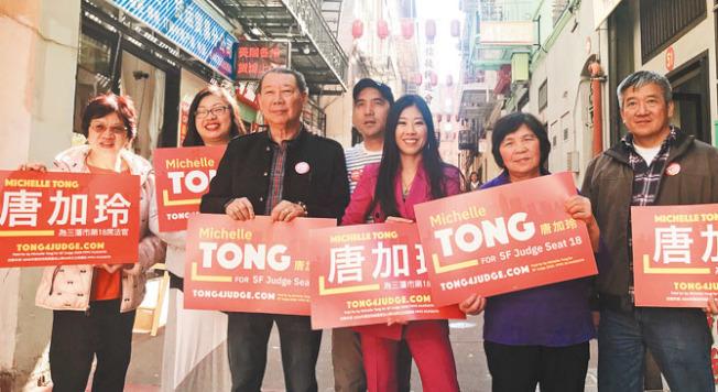 第18席法官候選人唐加玲(右三)到華埠拜票,希望選民在3月3日選舉中投票支持她。(記者李秀蘭/攝影)