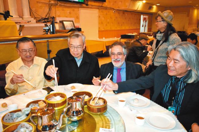 代表華埠的市議員佩斯金(右二)在新亞洲大酒樓品嚐粵式點心。(記者黃少華/攝影)