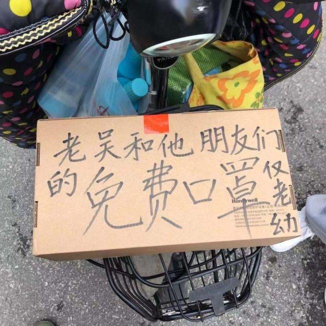 受當兵爺爺的影響中學老師給陌生人送藥、送口罩。(取材自北京頭條)