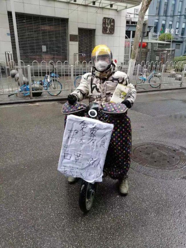 穿全套防護裝備送藥不怕自己感染怕成為感染源。(取材自北京頭條)