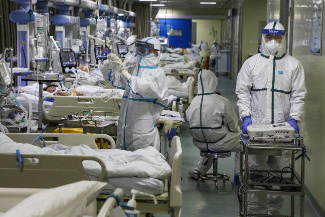 武漢疫情噴發,圖為一家醫院加護病房擠滿病患。(美聯社)