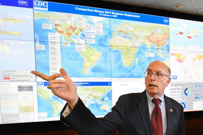 美國疾病防治中心官員在CDC簡報新冠病毒散播情形。(美聯社)