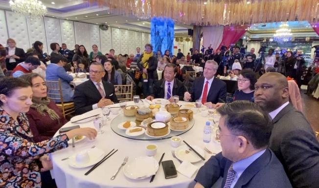 白思豪、多位市府部門高官、市議員一起在法拉盛的中餐館用餐。(記者朱蕾/攝影)